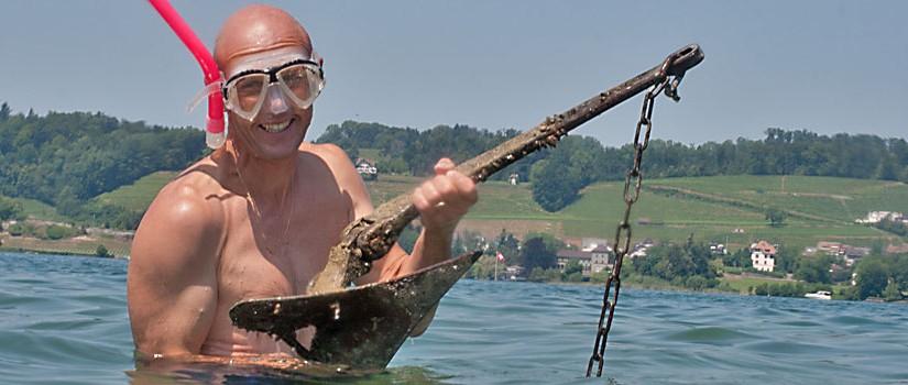 Urs bringt den Anker aus dem Wasser.
